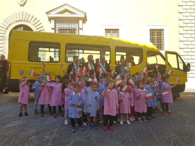 """Due nuovi scuolabus per le scuole """"Vogliamo restare punto di riferimento del territorio"""""""